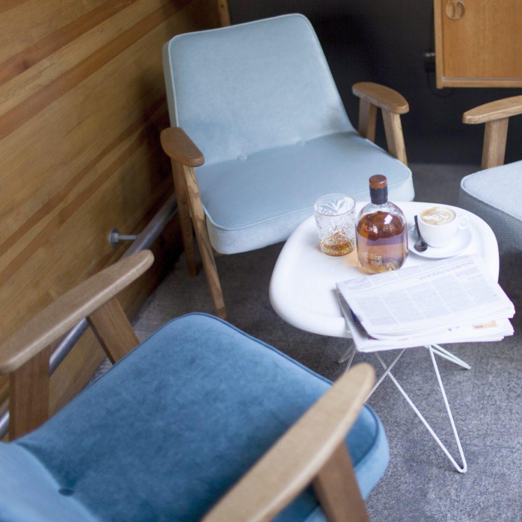 Meble PRL, łączenie starych mebli z nowymi, Styl PRL we wnętrzach, Jak połączyć antyki z nowoczesnym wnętrzem, fotel Chierowskiego 366 niebieski i błękitny