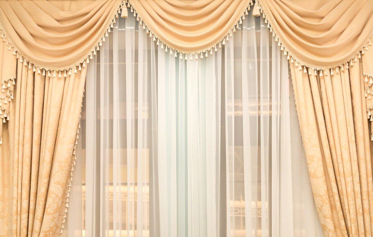 Jak nie urządzać mieszkania,Klasyczne zasłony, mocne marszczenie zasłon, dekoracyjne upięcie zasłon z firanką