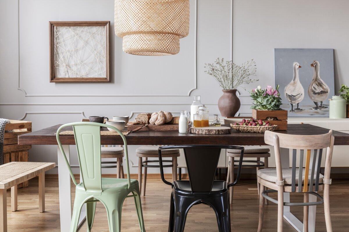 Stół rodzinny,Jak nie urządzać mieszkania,Kolorowe krzesła z drewna i metalu, wnetrze z szarymi ścianami, sztukateria na scianie, jadalnia z szara ściana i sztukaterią, drewniany duży stół