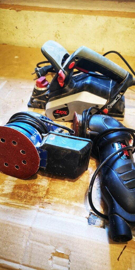 Renowacja mebli drewnianych- elektronarzędzia do drewna