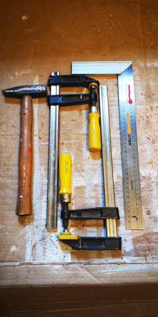 Odnawianie starych mebli- narzędzia do odnawiania mebli- zacisk stolarski