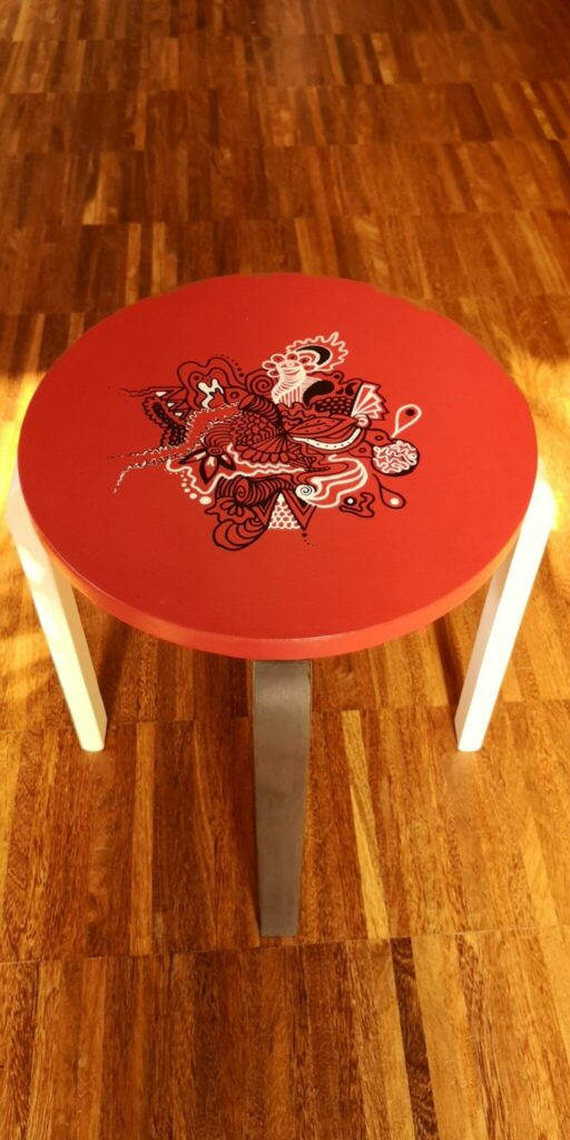 stolek recznie malowany