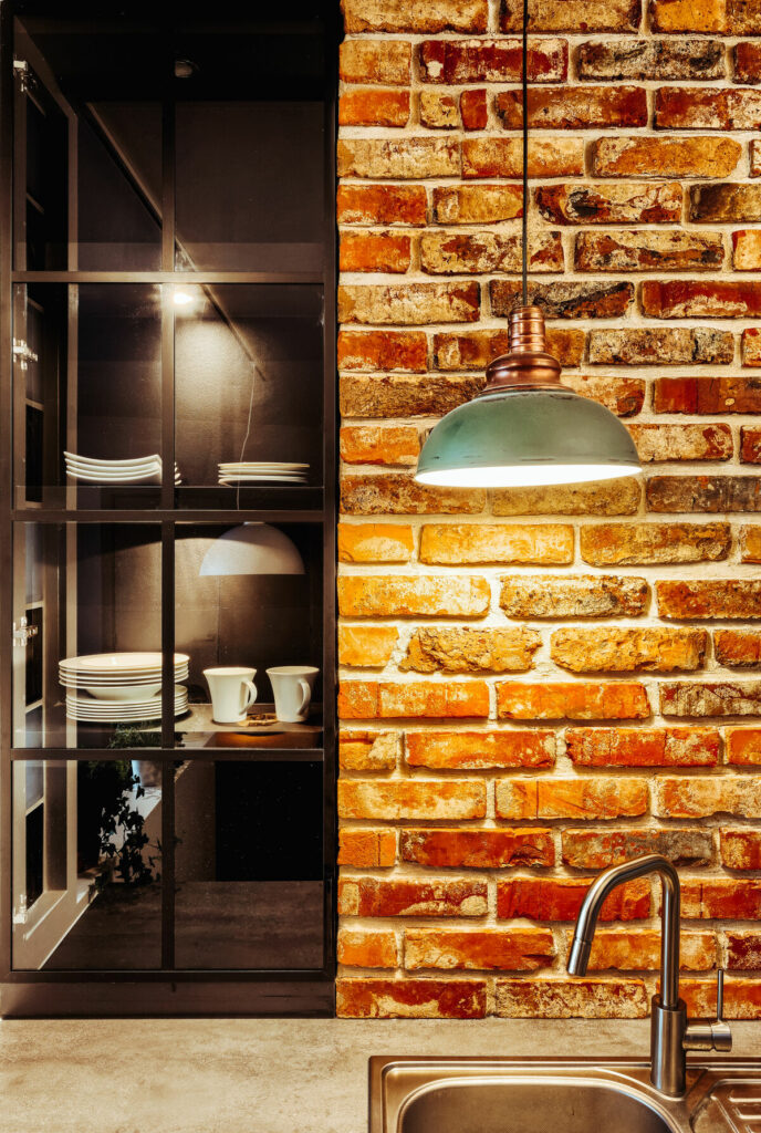 Ściana z cegły w kuchni- Warszawa Żoliborz