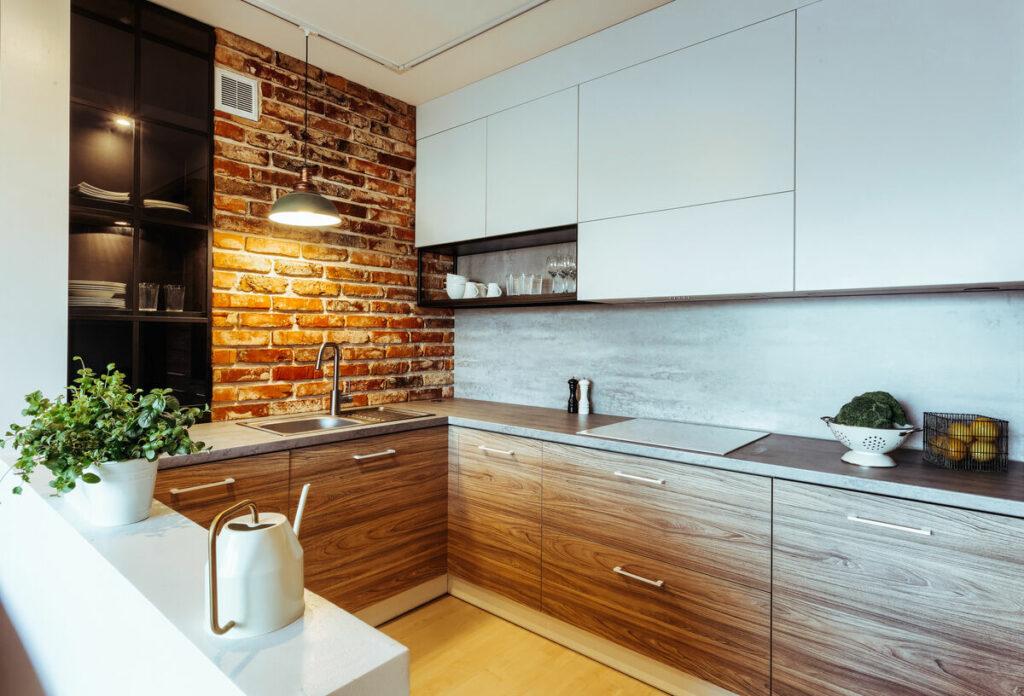 Sciana z cegły w salonie z kuchnią- Warszawa Żoliborz