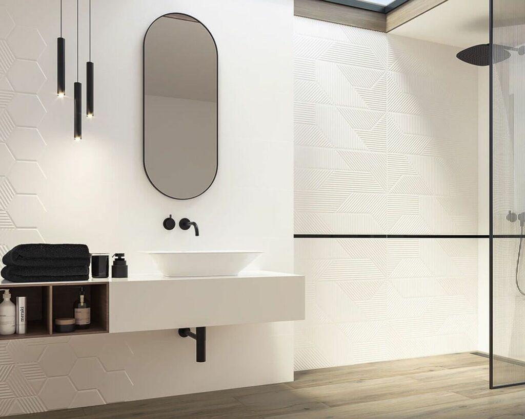 Jasna łazienka wykończona płytkami strukturalnymi Ceramika Paradyż