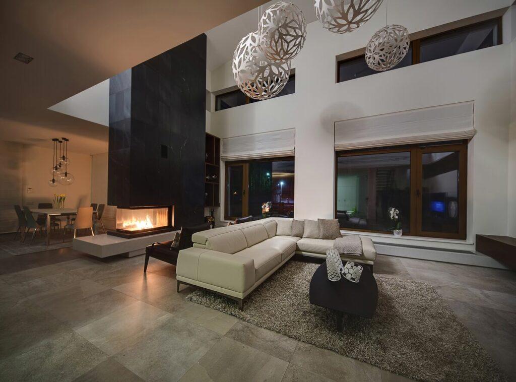 Salon z kominkiem- skórzana sofa